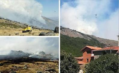 Efectivos de Infoex siguen trabajando en extinguir el incendio entre Acebo y San Martín