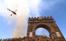 Un incendio junto al puente de Alcántara obliga a cortar la luz en el pueblo
