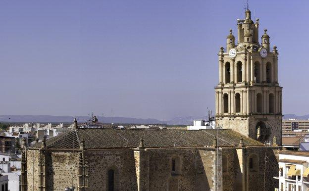 La torre de Los Almendros está integrada en la iglesia. :: Pepe Antolín/
