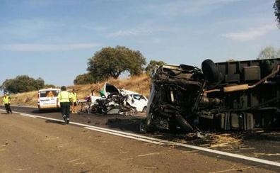 El choque entre un turismo y un camión en la N-430 deja un fallecido y un herido crítico