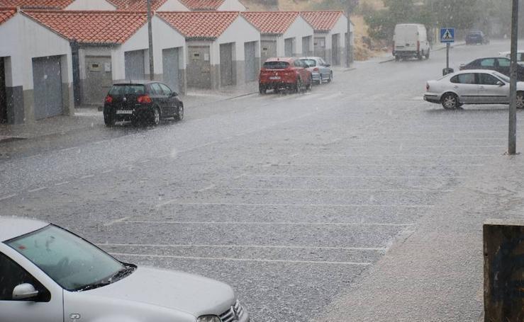 Una fuerte granizada inunda las calles principales de Trujillo