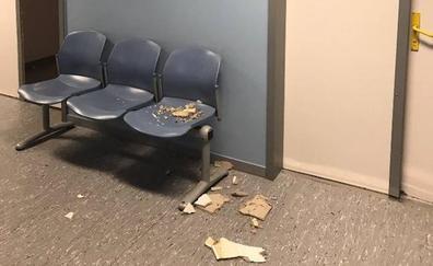 Un trozo de techo de la sala de espera de Rayos se cae en el Hospital San Pedro de Alcántara
