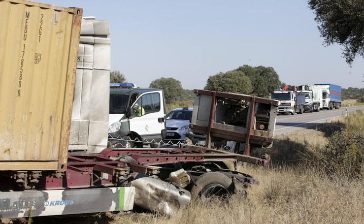 Un fallecido en la colisión frontal entre un camión y coche en Cáceres