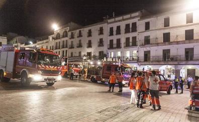 Aparatoso incendio en la Plaza Mayor de Cáceres