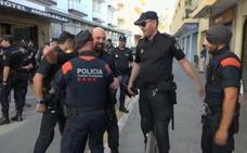 Mossos y Policías se abrazan en Pineda ante la marcha de estos últimos