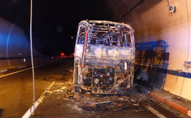 Evacuan a los ocupantes de un autobús que sale ardiendo en el interior del túnel de Miravete