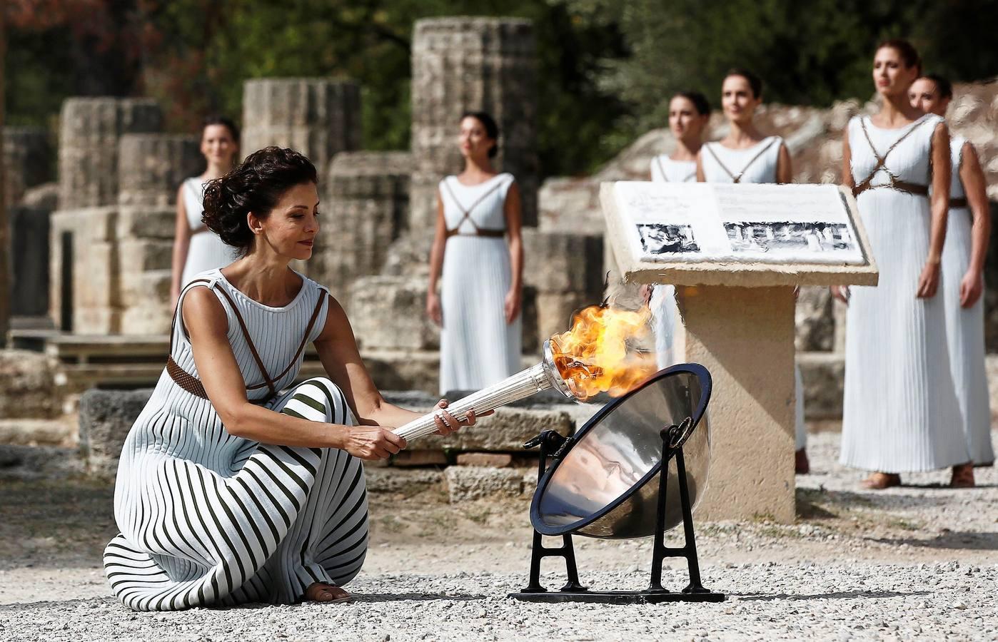Olimpia encienda la llama Olímpica que pretende apagar el fuego de Corea