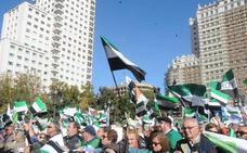 Miles de extremeños de todo el país alzan su voz en Madrid por un tren digno