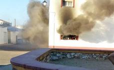 Un incendio originado en una falda de camilla quema una vivienda en Villanueva del Fresno