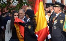 Acto de izado y beso a la bandera en Badajoz