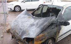 Arde un coche de madrugada en Campanario