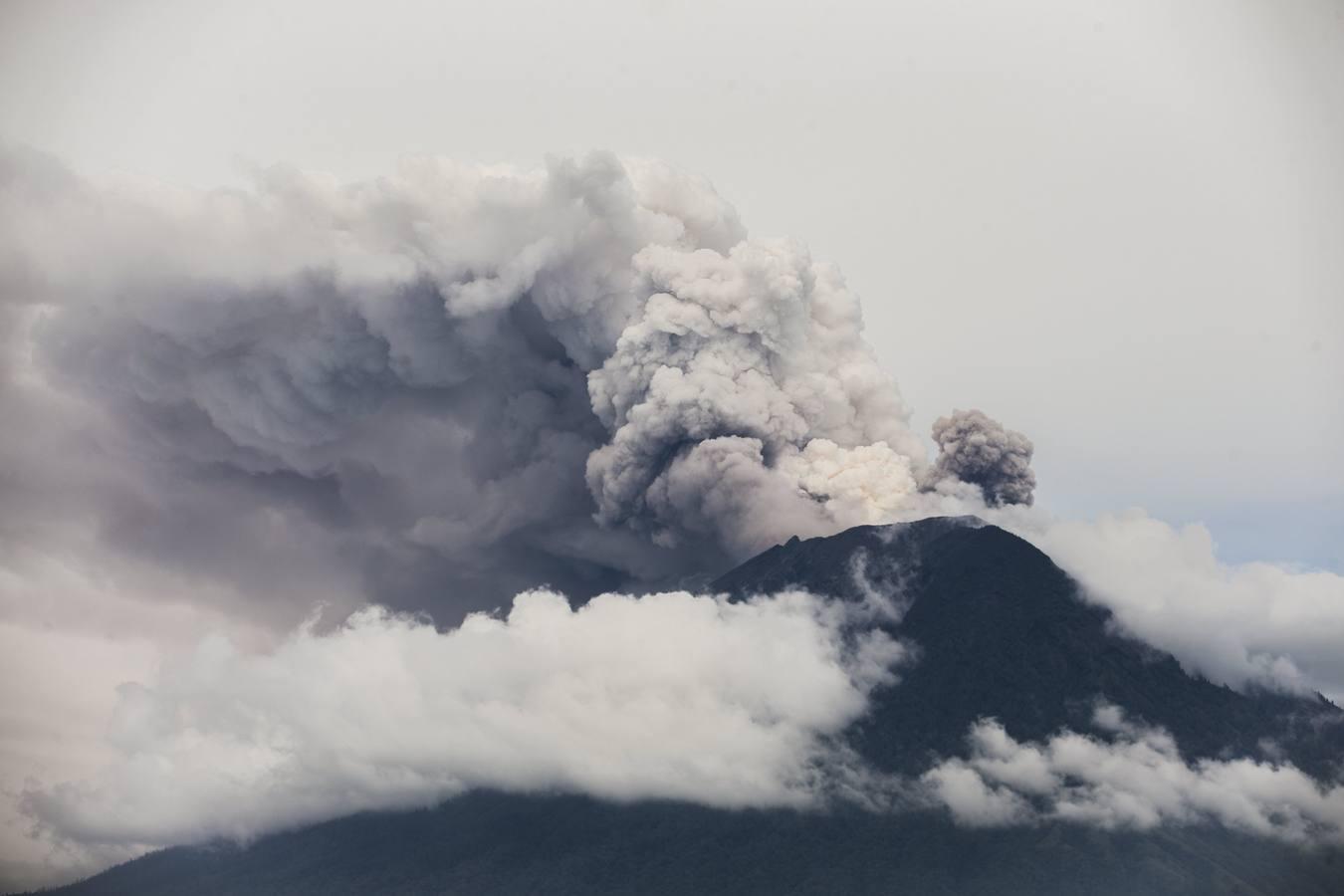 El volcán Monte Agung arroja ceniza en Bali