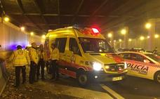 Atienden a un motorista en un accidente en Madrid y descubren que tiene cuatro puñaladas