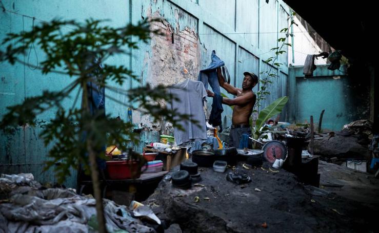Los puentes de Caracas se convierten en el techo de nuevos y viejos pobres