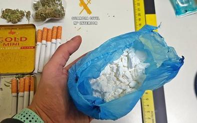 Detenidos tras arrojar por la ventanilla casi 100 gramos de cocaína en Cabeza del Buey
