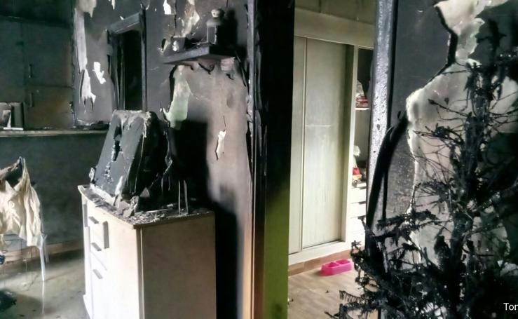 Arde una vivienda de la calle Albarregas en Mérida