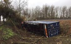 Dos heridos al volcar un camión cerca de Gévora