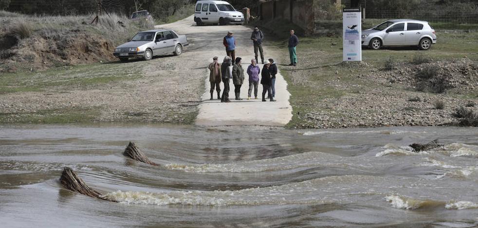 La crecida del río Salor en Cáceres deja aisladas a una decena de familias en sus casas