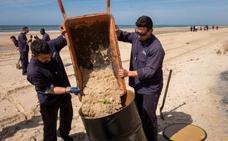 Continúa la vigilancia en la costa de Huelva tras la aparición de residuos de un vertido
