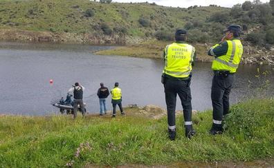 Los buzos de la Guardia Civil continúan buscando a los ocupantes del coche que cayó al río Almonte