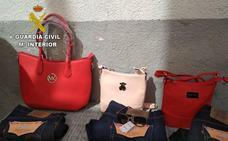 Sorprendido mientras vendía ropa y complementos falsificados en el mercadillo de Ahigal