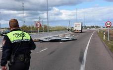 Un camión pierde una carga de planchas metálicas en la salida de Badajoz