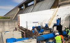 La CHT ultima la duplicación del desagüe de fondo de la presa de Arroyo de la Luz