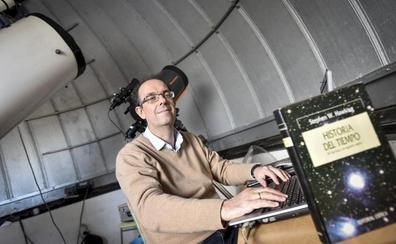 La facultad de Física lleva el legado de Stephen Hawking a la Factoría Joven