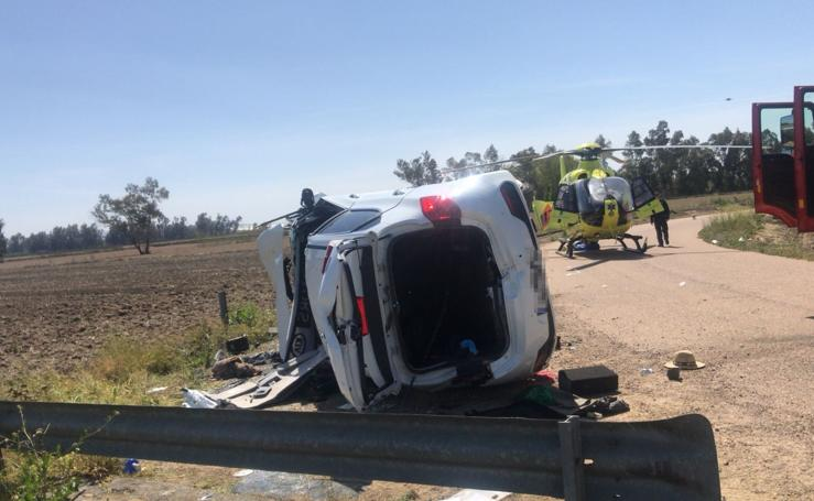 Cuatro heridos tras salirse de la vía y volcar un turismo cerca de Valdetorres