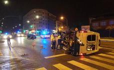 Vuelca una ambulancia en el cruce de la autopista con la calle Corte de Peleas en Badajoz