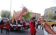 El dragón y San Jorge vencen a la previsión de tormenta y realizan el desfile en Cáceres