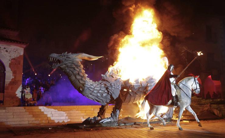 El desfile de San Jorge y la quema del dragón en Cáceres