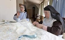 Las monjas clarisas ultiman el nuevo manto que el Banco de Alimentos regalará a la Virgen