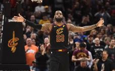 LeBron, con 45 puntos, pone a los Cavaliers en semifinales