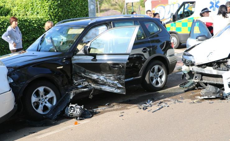 Cinco vehículos afectados tras una colisión en Las Vaguadas de Badajoz