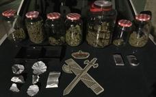 La Guardia Civil detiene a tres personas tras desmantelar un punto de venta de drogas en Holguera