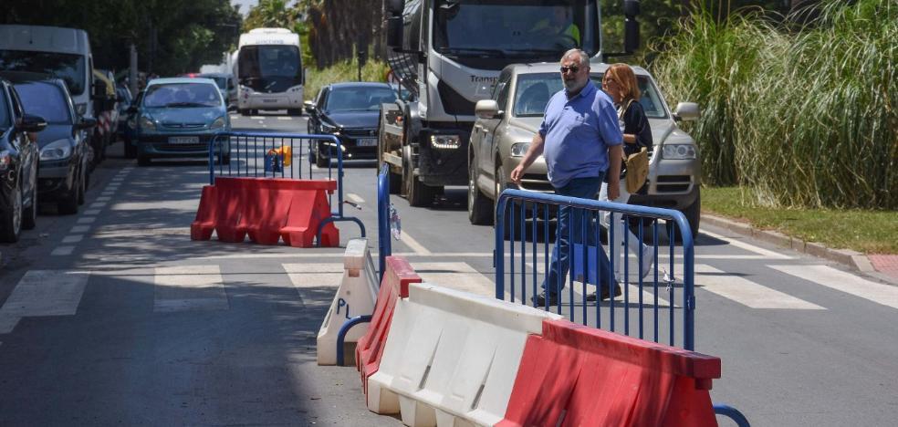 Uno de los carriles de María Auxiliadora lleva cortado nueve días tras la caída de un motorista
