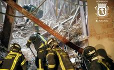 Los bomberos no hallan al obrero extremeño y su compañero en la zona marcada por los perros