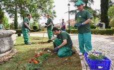 Alumnos plantan flores en el Parque de la Legión en Badajoz