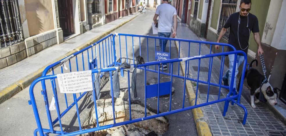 La calle Santa Lucía de Badajoz lleva más de un mes cortada al tráfico y sin solución a la vista