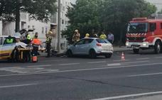 Un joven herido tras empotrar su coche contra una farola en Cáceres