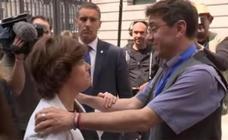 Monedero, sobre el gesto con Sáenz de Santamaría: «No me gusta la foto pareciendo el fuerte»