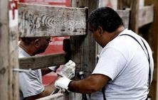 Comienza el montaje del doble vallado para los encierros de San Fermín
