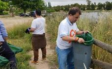 Jóvenes de Ciudadanos limpian la charca de Olivenza
