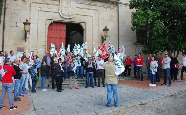 Protesta delante del Consistorio de Trujillo por la «nefasta política laboral» del Gobierno municipal