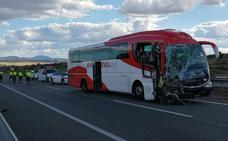 Una docena de heridos en un choque entre un autobús y un camión en la A-5 a la altura de Trujillo
