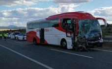 Once de los doce heridos en el choque de un autobús y un camión en la A-5 reciben el alta