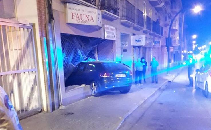 Un coche se empotra contra una tienda de animales en San Roque
