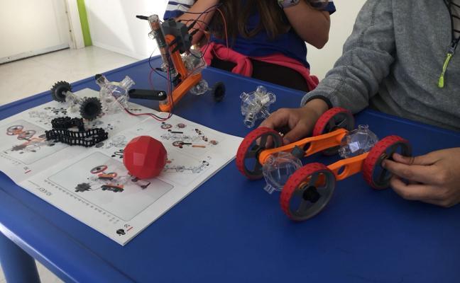 La ciudad ofrece campamentos o robótica a los niños en verano