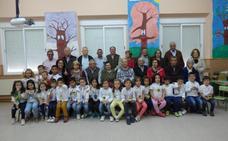 Abuelos y nietos comparten una jornada de convivencia en el colegio Pedro de Valdivia de Castuera